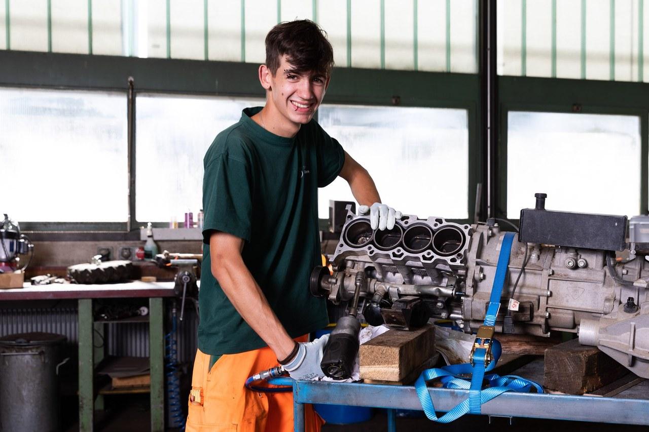 Lernender Motorgerätemechaniker beim Reparieren eines Motors