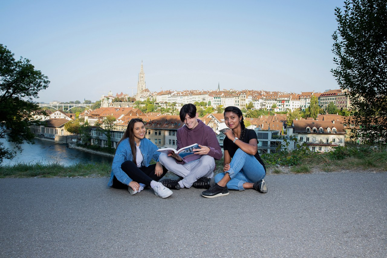 Lernende der Stadt Bern, im Hintergrund die Stadt