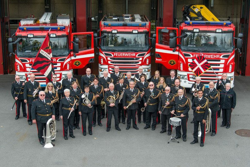 Die Metallharmonie Bern vor dem Stützpunkt der Feuerwehr