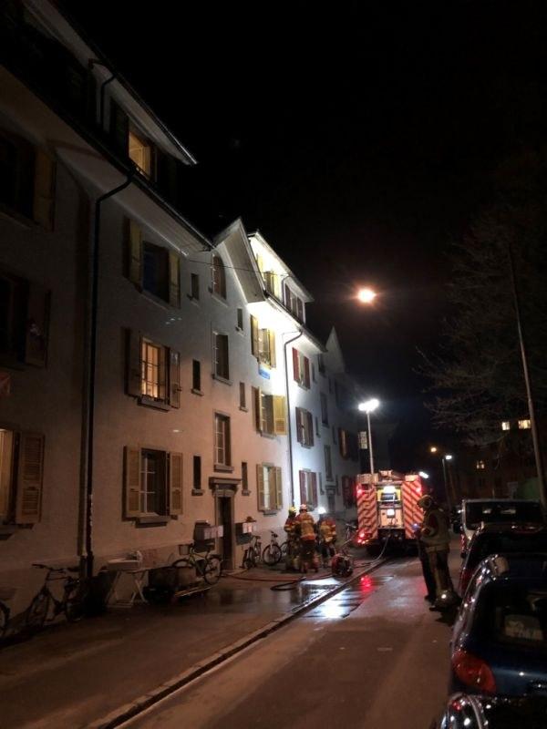 Die Feuerwehr hat den Brand gelöscht und setzt zum Entlüften des Treppenhauses einen Hochleistungslüfter ein.