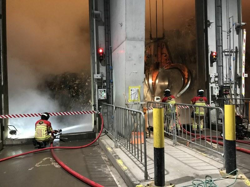 Feuerwehrleute bei der Brandbekämpfung