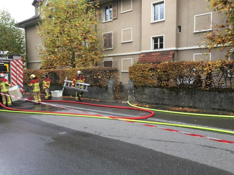 Feuerwehrmänner beim Tanklöschfahrzeug stellen Material für die Nachlöscharbeiten bereit.