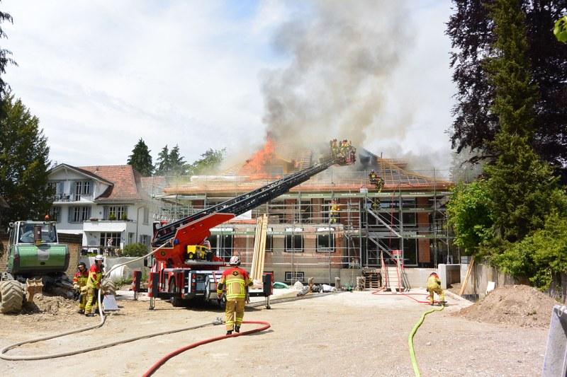 Feuerwehr beim Löschen des Dachstockbrands.