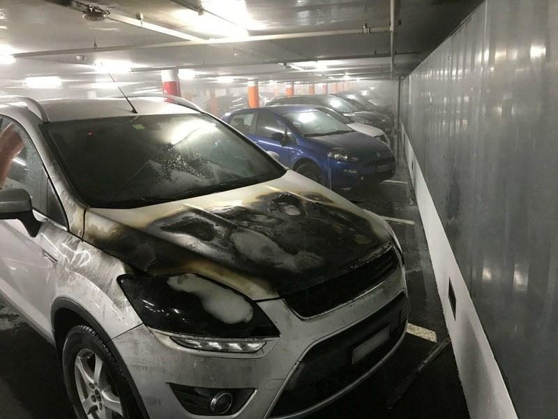 gelöschter Personenwagen im 11. Untergeschoss des Insel-Parkings