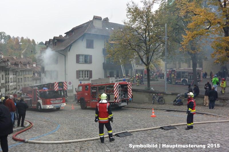 Symbolbild: Hauptmusterung der Feuerwehr der Stadt Bern am Nydeggstalden im Oktober 2015. Die Feuerwehr rettet über Leitern und die Autodrehleiter Personen und bekämpft den Gebäudebrand.