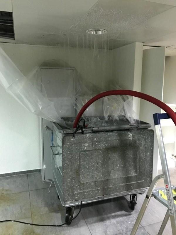 Wasser fliesst von der Zwischendecke und wird mit Folien in einen Abfallcontainer geleitet, von wo aus Pumpen das Wasser abführen.