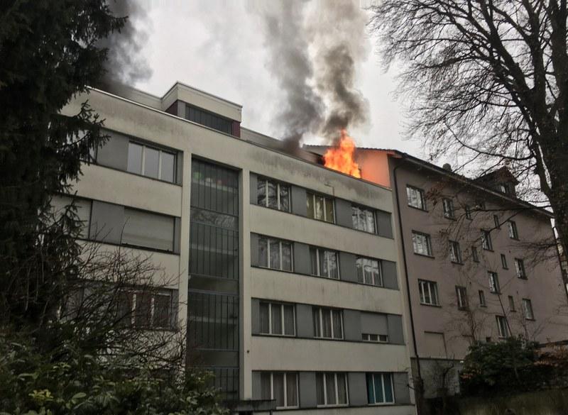 Beim eintreffen der Feuerwehr loderten die Flammen bereits aus der Dachwohnung.