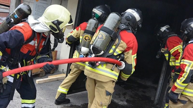 Zusammenarbeit von Berufs- und Milizfeuerwehr bei der Brandbekämpfung