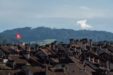Nexplorer Fahne auf dem Erlacherhof über den Dächern der Altsdtadt (Bild   ExtraMileFilms). Vergrösserte Ansicht