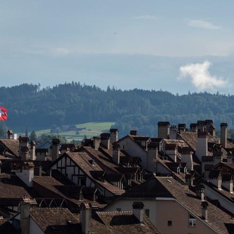 Nexplorer Fahne auf dem Erlacherhof über den Dächern der Altsdtadt (Bild   ExtraMileFilms)