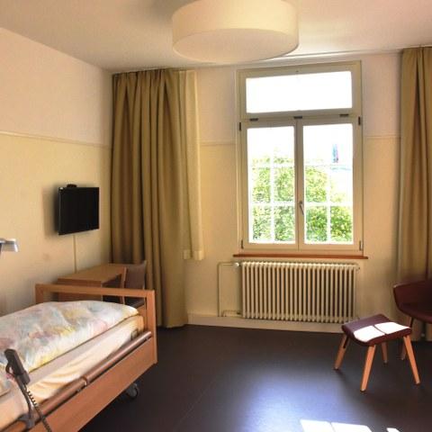 BewohnerInnenzimmer Alters  und Pflegeheim Kühlewil Bild Pierre Steiner (JPG, 7,4 MB). Vergrösserte Ansicht