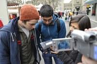 Foto 5: Aktion gegen Rassismus, Passanten machen sich Bild