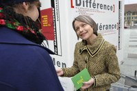 Foto 3: Aktion gegen Rassismus, Edith Olibet im Gespräch