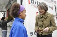 Foto 2: Aktion gegen Rassismus, Edith Olibet im Gespräch