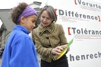 Foto 1: Aktion gegen Rassismus, Edith Olibet im Gespräch