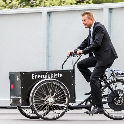 Energiewende erleben Entsorgungshof Schermen  Reto Nause unterwegs mit dem Energiekiste E Cargobike  Bild Thomas Hodel (JPG, 2,3 MB). Vergrösserte Ansicht