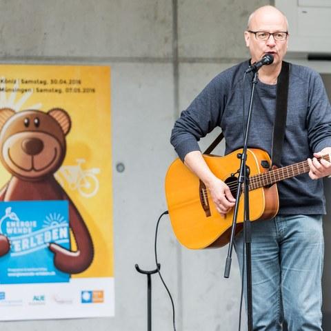 Energiewende erleben Entsorgungshof Schermen  Konzert Bruno Hächler  Bild Thomas Hodel JPG, 2,9 MB). Vergrösserte Ansicht