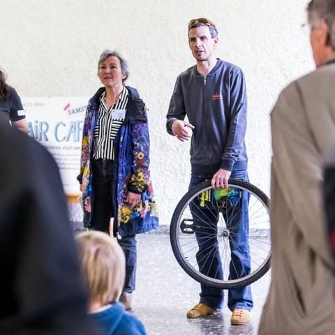 Könizer Gemeinderätin Rita Haudenschild neben Mats Gurtner von Velafrica am Eröffnungsanlass in Köniz (JPG, 4 MB). Vergrösserte Ansicht