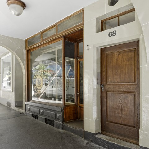 Rathausgasse 68, Hauseingang  Bild Alexander Gempeler. Vergrösserte Ansicht