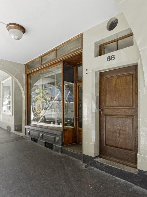 Bild Rathausgasse 68: Hauseingang unter den Lauben mit typischer Ladenfront des späten 19. Jahrhunderts. Bild: Alexander Gempeler.