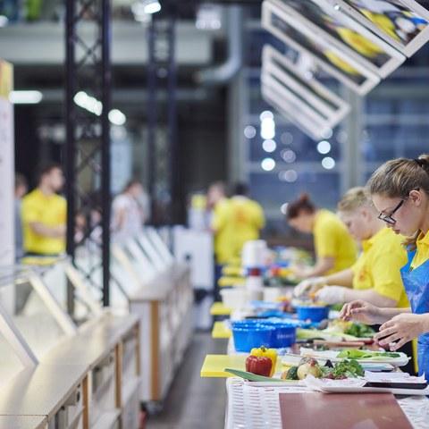 Impressionen von den SwissSkills 2018 in Bern: Eine junge Frau im Wettkampf.. Vergrösserte Ansicht