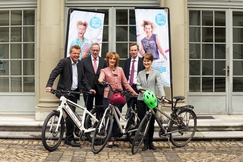 Bild des Gemeinderats mit Velos. Von links: Reto Nause, Alexander Tschäppät, Ursula Wyss, Alexandre Schmidt, Franziska Teuscher. Bild Peter Brand.