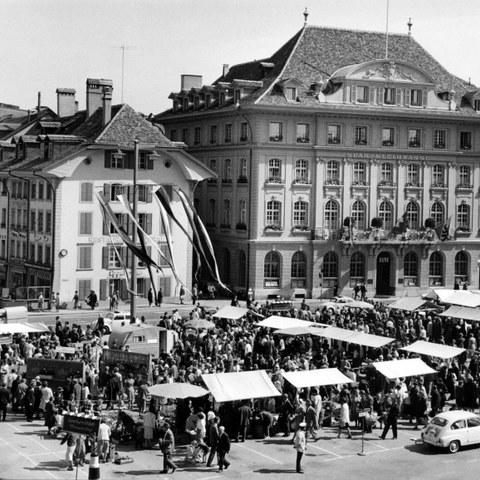 Bild 1 Graniummärit zwischen 1957 und 1966 auf dem Bundesplatz, Foto Hans Tschirren (JPG, 3 MB). Vergrösserte Ansicht