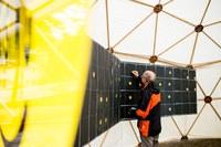 10 Suraising Solardach Challenge Kaufer markiert seinen Quadratmeter Bild Pascale Amez