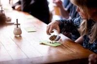 9 Anbauen Wegwerfen von Lebensmitteln Kritische Blicke beim Workshop Mehlwuermer Bild Pascale Amez