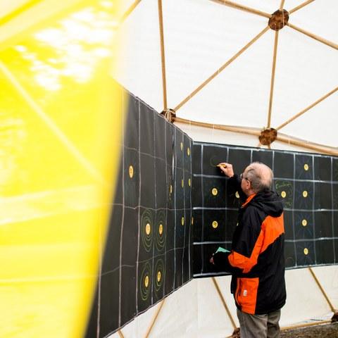 10 Suraising Solardach Challenge Kaufer markiert seinen Quadratmeter Bild Pascale Amez (JPG, 986 KB). Vergrösserte Ansicht