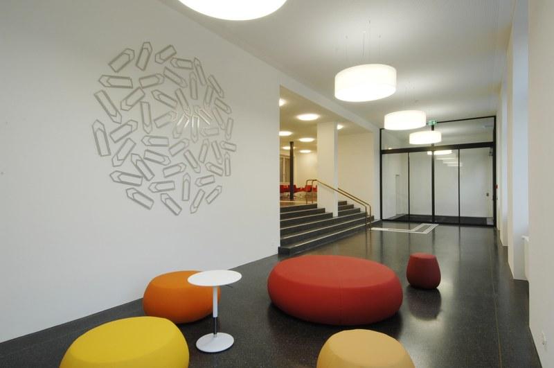 Bild des Eingangsbereiches des sanierten Verwaltungsgebäudes an der Bundesgasse 33.
