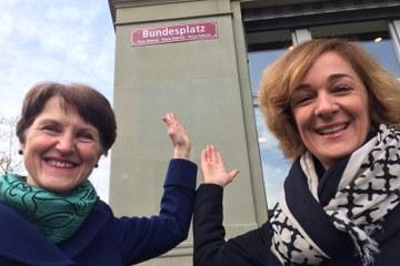 Die Gemeinderätinnen Ursula Wyss (links) und Franziska Teuscher vor dem neuen Strassenschild.. Vergrösserte Ansicht
