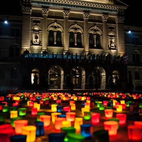 Die Organisation Procap verwandelt den Bundesplatz auch in diesem Jahr in ein farbiges Lichtermeer. (Bild: Eve Kohler). Vergrösserte Ansicht