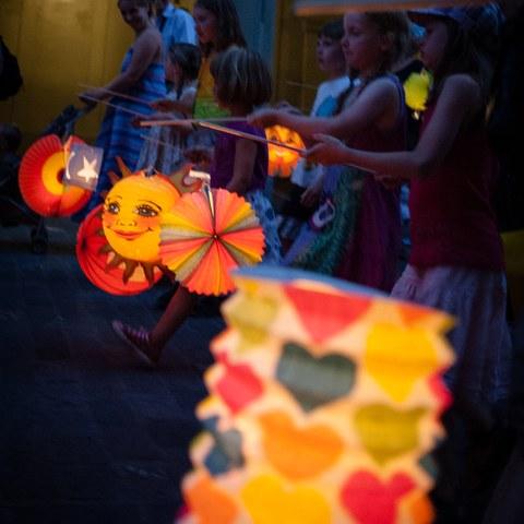 Kinder können von 11 bis 19 Uhr auf der Münsterplattform Lampions basteln, der Umzug startet um 21.15 Uhr. (Bild: Eve Kohler). Vergrösserte Ansicht