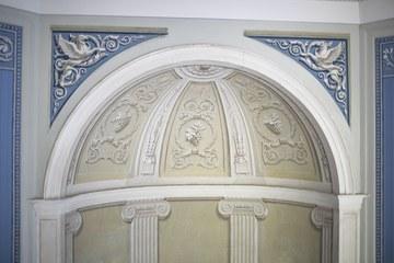 Ecknische mit architektonischer Dekorationsmalerei Bild Peter Matthys 2020. Vergrösserte Ansicht