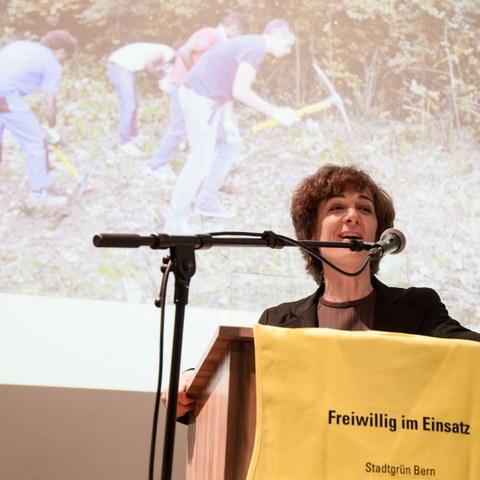 Bild 1 Gemeinderätin Ursula Wyss würdigt das grosse Engagement der 70 Freiwilligen für die Stadtnatur. . Vergrösserte Ansicht