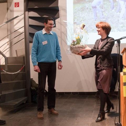 Bild 2 Gemeinderätin Ursula Wyss würdigt das grosse Engagement der Freiwilligen Patrick Barisi (Mitte) und Peter Rösli (links). Vergrösserte Ansicht