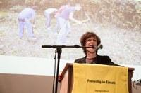 Bild 1 Gemeinderätin Ursula Wyss würdigt das grosse Engagement der 70 Freiwilligen für die Stadtnatur.