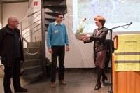 Bild 2 Gemeinderätin Ursula Wyss würdigt das grosse Engagement der Freiwilligen Patrick Barisi (Mitte) und Peter Rösli (links)
