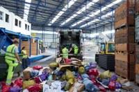 Das Kehrichtfahrzeugt bringt die Farbsäcke in die Alpabern AG zum Sortieren