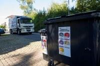 Die Container mit den Farbsäcken stehen am Strassenrand bereit