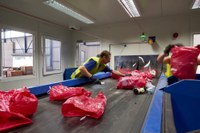 Die Farbsäcke werden nach Farbe und Wertstoff sortiert