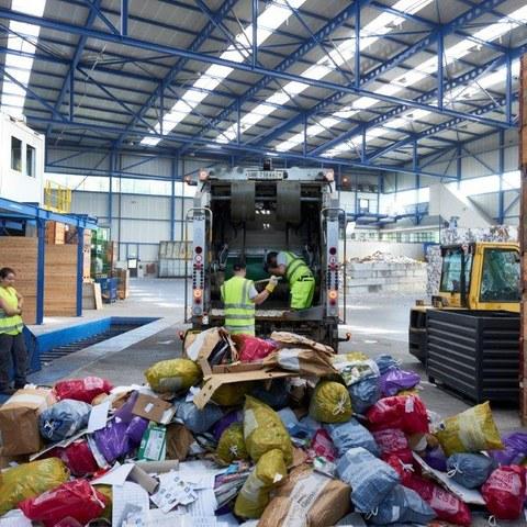 Das Kehrichtfahrzeugt bringt die Farbsäcke in die Alpabern AG zum Sortieren. Vergrösserte Ansicht