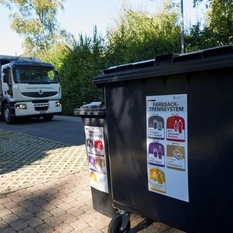 Die Container mit den Farbsäcken stehen am Strassenrand bereit. Vergrösserte Ansicht