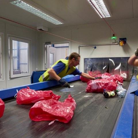 Die Farbsäcke werden nach Farbe und Wertstoff sortiert. Vergrösserte Ansicht
