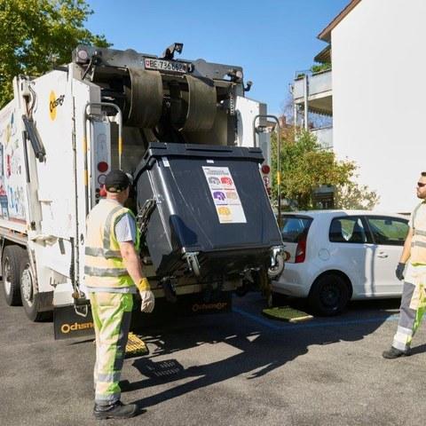 Ein ERB Kehrichtfahrzeug leert einen Container . Vergrösserte Ansicht