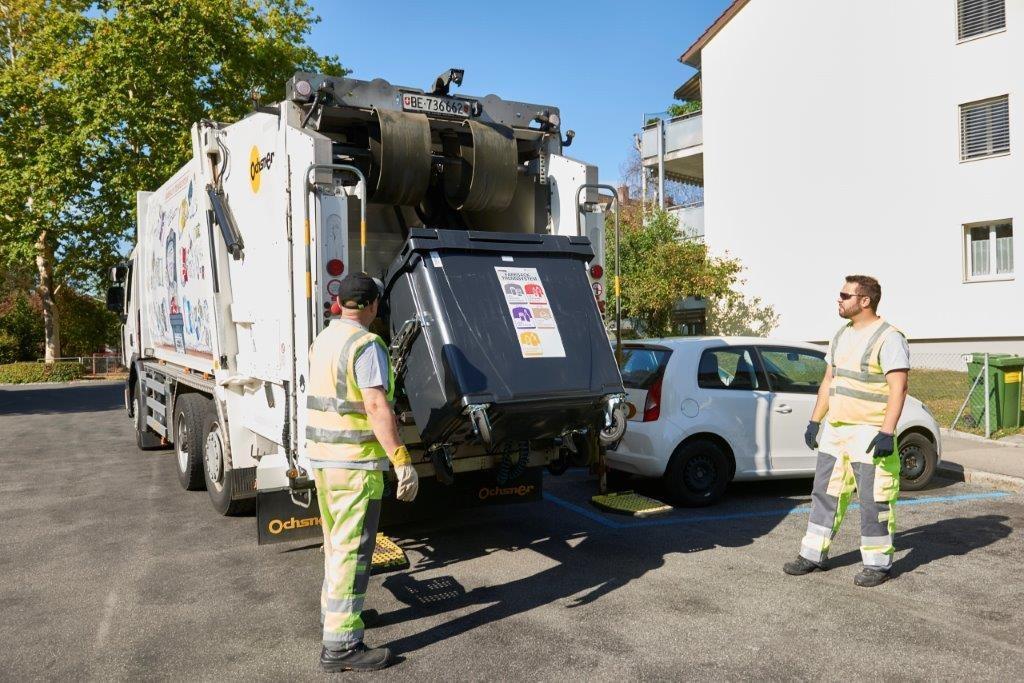 Ein ERB-Kehrichtfahrzeug leert einen Container