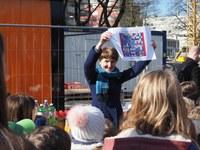 Gemeinderätin Franziska Teuscher mit Zeichnung der Schulkinder für Zeitkapsel / Bild: Markus Hulliger