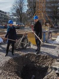 Grundsteinlegung Volksschule Marzili mit Gemeinderätin Franziska Teuscher und Stadtbaumeister Thomas Pfluger / Bild: Markus Hulliger