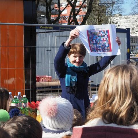 2 Gemeinderätin Franziska Teuscher mit Zeichnung der Schulkinder für die Zeitkapsel Bild Markus Hulliger. Vergrösserte Ansicht